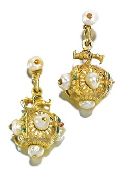 SOUTH GERMAN, CIRCA 1600 PAIR OF EARRINGS IN THE FORM OF POMEGRANATES Enamelled gold, adorned with pearls.