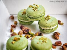 Pistáciové makronky Pistachio Macarons, Cupcakes, Healthy Cake, Macaroons, Cheesecake, Food And Drink, Sweets, Fresh, Cookies