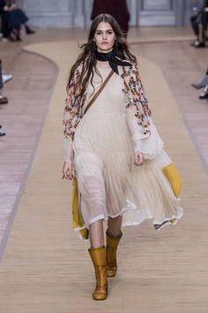 Kramt euer Sommerkleid raus, zieht dazu Stiefel an, werft euch einen Schal um und los geht's! Denn die schönen Sommerteile müssen in der Übergangszeit nicht im Keller verschwinden. Eine weitere Kombinationsmöglichkeit wäre hier mit einer Skinny Jeans unter dem Kleid und einem Bandana für euren Hals.