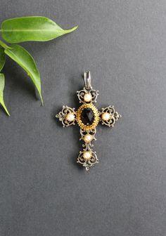 Schöner, trachtiger Kreuz Anhänger für Kette mit Granat und Perlen. Jetzt in unserem Trachtenschmuck Online-Shop entdecken. Belly Button Rings, Brooch, Jewelry, Ear Rings, Rhinestones, Beads, Jewelry Gifts, Ear Jewelry, Crosses