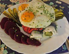 The North German Labskaus recipe is a specialty from Hamburg. It is a combination of corned beef, red beets, potatoes, herring and fried potatoes. Beef Rouladen, Beef Roll, Red Beets, Fried Potatoes, Corned Beef, Recipes From Heaven, Beef Dishes, Brunch Recipes, Hamburger