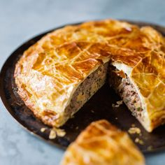 Duck pithiviers - Recipes - Discover the duck pithiviers recipe on cuisineactuelle. Duck Recipes, Meat Recipes, Quiches, Caprese Salat, Pizza Cake, Cottage Pie, Great British Bake Off, Winter Food, My Favorite Food