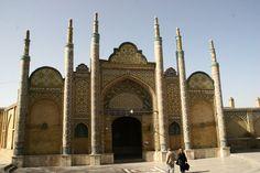 """Grabmahl-des-Imanzadeh-Hossein.En persan, le mot """"Imâmzâdeh"""" désigne les enfants ou petits-enfants des douze Imâms chiites et par corrélation, les mausolées construits en leur honneur. La majeure partie des Imâmzâdehs se trouvent en Iran et le reste en Irak et en Afghanistan, ou dans d'autres régions musulmanes chiites. Ils attirent chaque année de nombreux pèlerins venant effectuer les rituels de pèlerinage que l'on appelle ziyârat dans la culture chiite.  Quazvin Iran 2013."""
