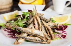 El boquerón es el plato estrella en la mesa malagueña. Típico pescaíto frito en manojitos, servido en todos los chiringuitos y restaurantes de Málaga