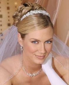 Una de las casas con accesorios de pelo para novias más bonitos que he visto es Bel Aire Bridal. Los encuentro muy finos, elegantes, muy var...