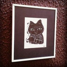 Postal do artista Goms, com paspatur preto de papel e moldura de alumínio branca. #cidomolduras #moldura #quadro #framed #frame #board #deco #arte #art #gato #cat #thiagogoms #postal