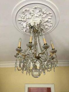 Lustre en bronze à neuf bras de lumières et décoré de pampilles