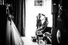 In de make-up voor de grote dag, trouwen, klaarmaken huwelijk #bruidsfotograaf #bruidsfotografie Dario Endara