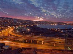 Atardecer porteño,Vista desde el mirador del Cerro Barón de Valparaíso contemplando el atardecer del puerto y sus cerros, año 2015.  Fotografía enviada por Aldo González.  2015Enterreno