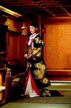 Motif of crane and Kiku in black cloth kimono. ©Yuzen Marusho see more; our 15th issue  http://nihon-kekkon.com/