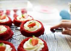 Frisse red velvet gebakjes   Kookmutsjes Sweet Tooth, Cheesecake, Cupcakes, Pasta, Desserts, Red Velvet, Food, Pastries, Seeds