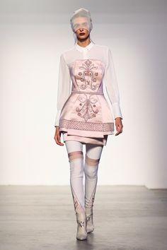 """Viola Ambree propone un mini dress senza spalline nella tonalità del rosa pastello, arricchito da uno straordinario ricamo sul davanti, realizzato interamente a mano, dettame imprescindibile della più alta sartoria italiana. L'abito può essere indossato con il pantalone in """"Jacquard"""" e una camicia bianca per una donna che ama una moda sporty-chic, oppure da solo, come vero e proprio protagonista del look, per un outfit elegante e audace da sfoggiare la sera."""