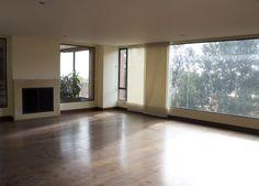 Este apartamento remodelado de 435 mts, 4 habitaciones cada una con su baño, sala con chimenea, comedor, cocina abierta, cuarto de servicio totalmente iluminado, vista verde, pisos en madera, 3 parqueaderos. Mas información y fotos en: http://www.clasinmuebles.com/properties/bogota/apartamento-en-rosales-con-excelente-vista-763.html