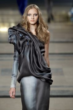 Stéphane Rolland at Couture Fall 2010 - Livingly Georges Chakra, Elie Saab, Girl Fashion, Fashion Dresses, Womens Fashion, Origami Fashion, Stephane Rolland, Jumpsuit Pattern, Dress Codes