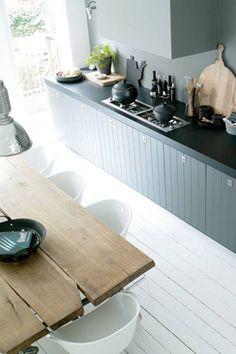 Een stoere en stijlvolle antracietkleurige keuken met voldoende kastruimte, zonder bovenkastjes.