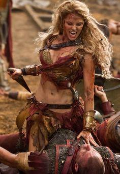 Evelyne Evergreen matando a un enemigo en la Guerra de los Destierros(Saxa layed by Ellen Hollman - Spartacus)