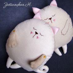 Eu Amo Artesanato: Cat pillow - Free pattern and step by step Photo tutorial - Bildanleitung und gratis Schnittvorlage Sewing Projects For Kids, Sewing For Kids, Love Sewing, Baby Sewing, Softies, Sewing Toys, Sewing Crafts, Pillow Inspiration, Cat Pillow