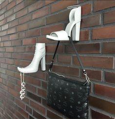 Exklusive ausgefallene Garderobenhaken von Baden. Ob Higheels, Sandalette, Stiefelette Pumps oder Herrenschuh sie sind ein absoluter Blickfang in jedem Flur und entringen dem Besucher immer wieder ein Lächeln und Bewunderung. Als Schmuckhalter und Handtaschenhalter sind sie nicht nur im Flur sondern auch in anderen Zimmern ein besonderes Designelement. Pumps, Louis Vuitton Damier, Pattern, Design, Decor, Fashion, Gents Shoes, Creative, Gowns