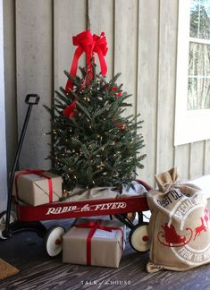 32 Outdoor Christmas Decorations - Ideas for Outside Christmas Porch Decor Farmhouse Christmas Decor, Noel Christmas, Outdoor Christmas Decorations, Winter Christmas, Christmas Wreaths, Holiday Decor, Simple Christmas, Christmas Displays, Modern Christmas