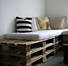 DIY pallet furniture using wood pallets that had been around for decades as mechanisms for shipping.Pallet furniture ideas from crafters around the World! Pallet Bedframe, Wood Pallet Beds, Diy Pallet Sofa, Pallet Furniture, Wood Pallets, Pallet Seating, Furniture Ideas, Outdoor Pallet, Pallet Benches