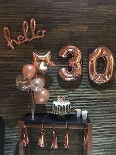 Vai passar seu aniversário em quarentena? Sei que muitos de vocês estarão, estão passando ou já passaram seus aniversários durante esse isolamento social, e obviamente, não há como sair e celebrar. #birthday | festa de aniversário em casa | bolos decorados aniversario | festa de aniversário simples casa | surpresa de aniversário | festa em casa | niver na quarentena | bolos de aniversários | mesa de aniversário simples | balões personalizados | aniversário na quarentena | 30 anos aniversario 30th Party, Gold Birthday Party, Birthday Balloons, Man Birthday, Thirty Birthday, Party Fun, Party Ideas, 30th Birthday Themes, 30th Birthday Ideas For Women