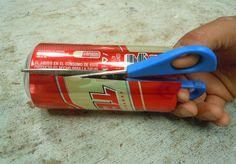 Cómo hacer un portavelas o cenicero con una lata reciclada: Segundo paso: Corta la lata en tiras