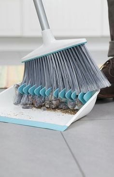 Dustpan with teeth to comb the dust off the broom - genius! Broom groomer #product_design #industrial_design