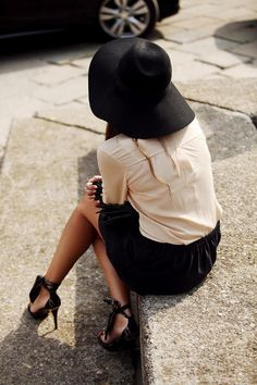 Hat Streetstyle From Madrid Fashion Week, Photography By Coke Bartrina Via Vogue Espana Milan Fashion Week Street Style, Milano Fashion Week, Mode Chic, Mode Style, Looks Style, Style Me, Classy Style, Classy Lady, Jessica Parker
