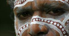 Aborigines sind die australischen Ureinwohner, die auf dem australischen Kontinent und in Tasmanien leben. Ursprünglich kommen sie aus Asien.