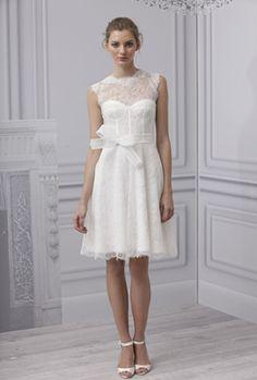 Un bonito vestido corto con cuello alto, transparencias y son mangas de Monique Lhuillier 2013