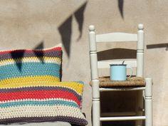 Cojín de crochet hecho a mano100% algodón40 cms. x 40 cms. Hecho por encargo. Puedes escoger tú mismo la gama de colores que quieres. Disponible en otras medidas