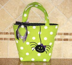 Itsy Bitsy Spider - Trick or Treat Tote Bag - Can Be Personalized Halloween Gift Baskets, Halloween Bags, Halloween Quilts, Holidays Halloween, Halloween Crafts, Halloween Decorations, Halloween Vinyl, Fall Sewing, Sewing For Kids