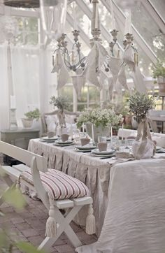 Outdoor Party Ideas - via trädgårdsbröllop Centerpiece Decorations, Decoration Table, Outdoor Garden Rooms, Outdoor Spaces, Fresco, Table Setting Inspiration, Interior Design Boards, Cool Tables, Romantic Homes