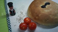 Hoy para cenar nos trasladamos al salón de una casa toscana...  Pan de tomates secos y albahaca.  !! Y con la mía máma !!