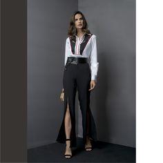 Look casual zero óbvio! Camisa com transparência + calça com fendas. Truque de stylist: arremate com um obi belt para marcar a cintura e deixar a produção ainda mais incrível!⭐️<br /><br />Blusa:: 1171198<br />Calça:: 1171000<br /><br />#SoulRS #BeYourself #inverno2017 #reginasalomao #NewCollection #streetstyle #alfaiataria #camisa #pretoebranco #fendas #transparencia #fashiontrend #obibelt #acessorios<br /><br /><br />