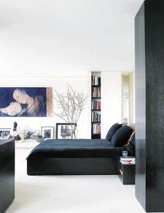 Los arquitectos realizaron todo el mobiliario a medida en teca maciza (muy similar a la cama Cineline, de Pagnon & Pelhaître para Ligne Roset). El lienzo es del canadiense Gregory Colbert.