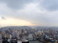 広島湾方面を望む 宮島は雨雲の中