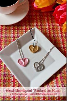 Geweldig! Deze kettinkjes van klei in hartvorm met de afdruk van een duim(pje)! Met metallic verf gespoten.