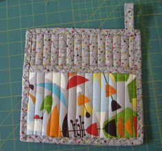 Pot holder with a pocket tutorial - fill the pocket (rubber spatula, recipe cards, other utensil) - cute gift idea.