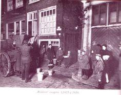 1920 Boldootwagen Heel lang waren huizen in Amsterdam niet aangesloten op een centraal rioleringsstelsel Avonds reed er een speciale kar door de straten om de uitwerpselen op te halen De Amsterdammers kwamen dan met hun emmers naar buiten om die in de Boldootwagen te legen Boldoot was een bekende Amsterdamse fabriek die eau de cologne en zeep maakte Pas vanaf 1934 werden ook de armere wijken van de binnenstad zoals de Jordaan op de riolering aangesloten