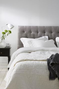 Grå hodegavl - passer til 160 cm bred seng First Apartment, Bedroom Apartment, Bedroom Inspo, Home Decor Bedroom, Dream Bedroom, Master Bedroom, Room Interior, Interior Design, Lets Stay Home