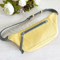 Спинка поясной сумочки. С карманом для телефона. Или других важных вещей Размеры сумочки - высота 14 см, ширина вверху 30 см, снизу - 20…