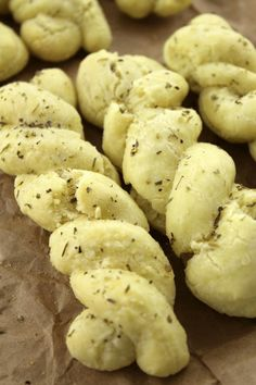 Combine almond flour, tapioca flour, eggs and coconut oil to make a grain-free, gluten-free Paleo garlic and herb breadsticks that will satisfy your next urge for carbs. Healthy Low Carb Recipes, Low Carb Dinner Recipes, Paleo Dinner, Healthy Desserts, Healthy Meals, Healthy Food, Gluten Free Baking, Gluten Free Recipes, Paleo Baking