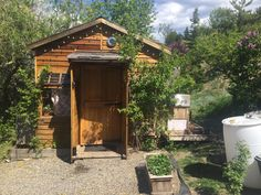 Tiny House Cabin, Tiny House Living, Best Resorts, Hotels And Resorts, Cheap Crates, Cedar Homes, Composting Toilet, Very Scary, Diy Shed