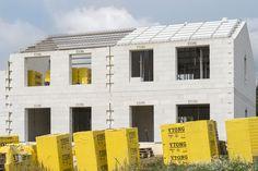 Strecha Ytong je vďaka vysokej vzduchotesnosti konštrukcie vhodná pre pasívne a nízkoenergetické domy. #rodinnydom #stavba #svojpomocne #stavebnymaterial #ytong #zdravebyvanie #vysnivanydom #modernydom #staviamedom #ytong #byvanie #rodinnebyvanie #modernydomov #architektura #strecha #kvalitnastrecha #masivnestrechy Multi Story Building