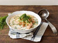 Kalakeitto itse tehdyllä liemellä. Kalaliemen keittäminen itse on varsin helppoa ja se kannattaa, sillä keitosta tulee todella maukas ja lempeä. Jos kalan fileointi tuntuu haastavalta, palvelutiskien myyjät fileoivat kalat mielellään pyydettäessä.
