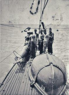 Bemanning naast een opgeviste torpedo bij de barkas (boot) aan dek van Hr.Ms. onderzeeboot K X (K10), vermoedeliijk in de omgeving van Soerabaja
