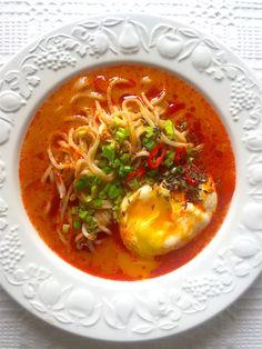 Csípős tojásleves ramen Ramen, Thai Red Curry, Cake Recipes, Ethnic Recipes, Food, Easy Cake Recipes, Essen, Meals, Yemek
