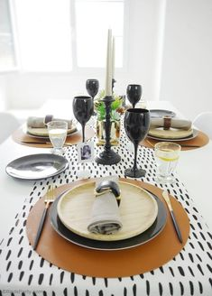 Father's Day Masculine Tablescape Ideas - ideas for a chic, modern but manly table setting in black, white, brown & gold with easy, DIY details! Decoration Table, Table Centerpieces, Black Wine Glasses, Small Wooden Tray, Starter Plates, Mini Photo Frames, Gold Planter, Dinner Party Table, White Dinner Plates