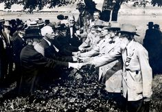 At the anniversary of the battle of Gettysburg, Union and Confederate veterans shake hands. 1913 [[MORE]] Found this in a neat little photo album about US Civil War veterans. Rare Historical Photos, Rare Photos, Vintage Photos, Rare Pictures, Vintage Photographs, Rare Images, Strange Photos, Antique Photos, Beautiful Pictures
